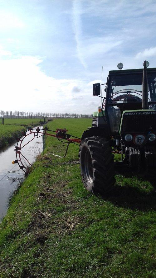 Foto van een Deutz-Fahr DX 3.90 aan het drainage reingeren. Geplaatst door mennodeutz op 23-03-2019 om 16:27:57, op TractorFan.nl - de nummer 1 tractor foto website.