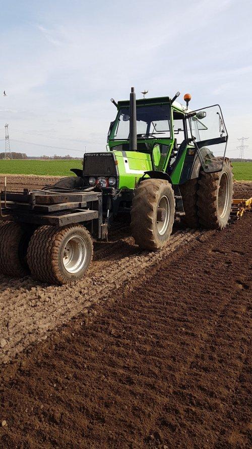 Foto van een Deutz-Fahr DX 4.30, vorige week vrijdag bietenland klaargelegd voor de suikerbieten. Werkt mooi zo met deze combinatie, en het schiet heel hard op met de snel-eg erachter.