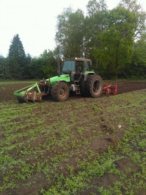 Foto van een Deutz-Fahr Agroxtra 6.07 bezig met land klaar maken. Er staat al onkruid want we hoopten dat de 130 voor het seizoen weer klaar stond maar er zijn een paar dingen mis gegaan dus toen maar met deze combi begonnen gaat ook niet verkeerd