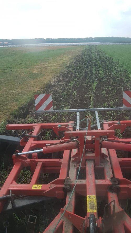 Foto van een Deutz-Fahr Agrotron TTV 610, blokje groenbemester kortschijven. Dit doen we om de groenbemester kort te rijden zodat het later niet ligt te stroppen met cultiveren of ploegen.
