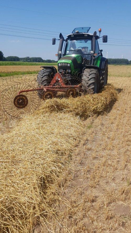 Foto van een Deutz-Fahr Agrotron TTV 610 onze zelfgebouwde strokeerder even uitproberen, gaat mooi zo💪