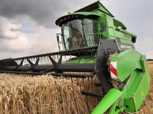 Foto van een Deutz-Fahr 5695 HTS aan het tarwe combinen.. Geplaatst door Deutz02 op 31-08-2019 om 16:48:51, met 3 reacties.