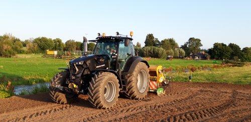 Foto van een Deutz-Fahr Agrotron 6185 aa  het zaaien. Geplaatst door deutzieee op 01-09-2019 om 22:24:07, op TractorFan.nl - de nummer 1 tractor foto website.