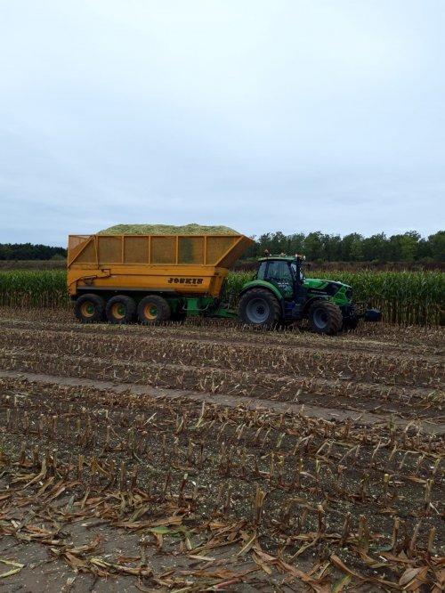 Foto van een Deutz-Fahr Agrotron 6155,  in de mais staat de 6155 voor de 3 asser, kan hij mooi aan trekken. Normaal staat er een M650 aan en rijden ze er grond en puin mee.