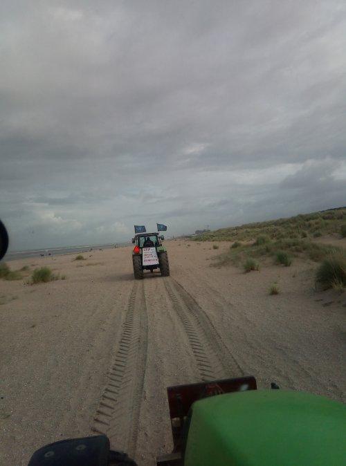 Foto van een Deutz-Fahr Agroxtra 6.07 onderweg naar den haag💪💪. Geplaatst door Nick van Oosterhout op 01-10-2019 om 12:44:04, met 4 reacties.