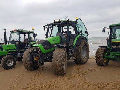 Foto van een Deutz-Fahr Agrotron 128 na 5.5 uur in mn uppie van teuge na t strand gereden om vervolgens bij de groep aan te sluiten boerenprostest 16 okt