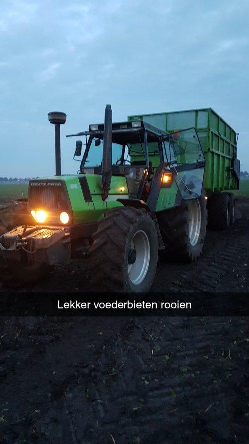 Foto van een Deutz-Fahr DX 6.30, 2 weken terug op de zondag voor de regen even de voederbieten gerooid. Vandaag zijn de suikerbieten aan de beurt.