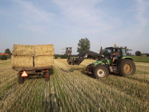 Foto van een Deutz-Fahr DX 4.57 van biodynamisch melkvee Kok uit Hoogland bezig met gerste stro laden op 25 juli 2019 op deze regen zondag terug denken aan mooi weer in de zomer