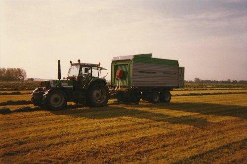 Op de foto is een Deutz-Fahr DX 6.16 met Deutz-Fahr opraapwagen. Foto is van halverwege de jaren 90. Geplaatst door stippie op 16-02-2020 om 16:53:30, met 8 reacties.