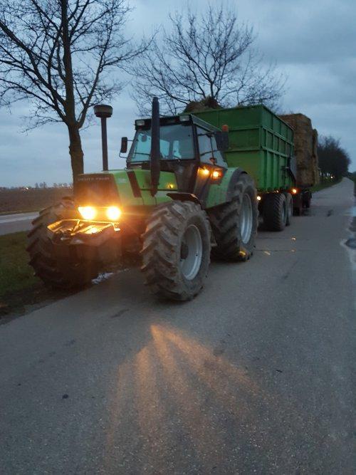 Foto van een Deutz-Fahr DX 6.30, afgelopen week een rondje Brabant gehad, de akkerbouwer waar we altijd het hooi en stro van kopen had nog een stapeltje buiten staan op 35 km enkele reis. Dus maar even met 2 trekkers naartoe gegaan om alles op te laden, de slechte bovenbalen in de kieper en twijfelaars op de wagen achter de kieper. Mooi on tour geweest zo💪💪