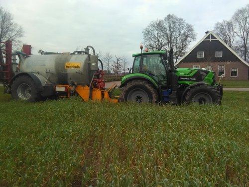 Foto van een Deutz-Fahr Agrotron TTV Goed vast op bouwland in de lange snijrogge. Wou niet iedere keer door zelfde inrit en dus inrit van bouwland genomen wat uitkomt op het grasperceel. Gelukkig heeft 926driver sterke trekker.