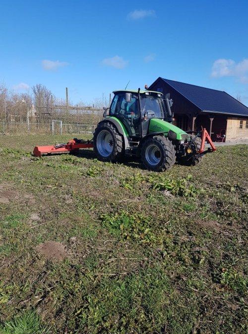 Foto van een Deutz-Fahr Agrotron 85 bezig met de klepelmaaier. Vanmiddag even een bouwterrein schoon gemaaid