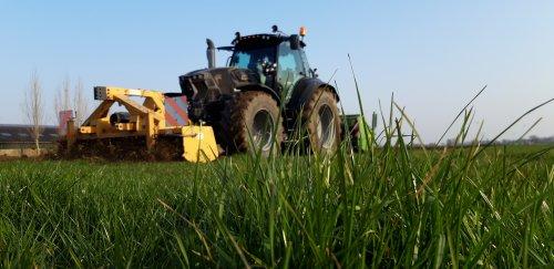Foto van een Deutz-Fahr Agrotron 6185 deze week het eerste grasland weer zwart gemaakt. Geplaatst door deutzieee op 28-03-2020 om 23:21:42, op TractorFan.nl - de nummer 1 tractor foto website.