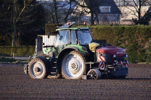 Foto van een Deutz fahr bedden maken met gps in Noordwijkerhout. Geplaatst door warmerbros op 31-03-2020 om 22:16:42, met 3 reacties.