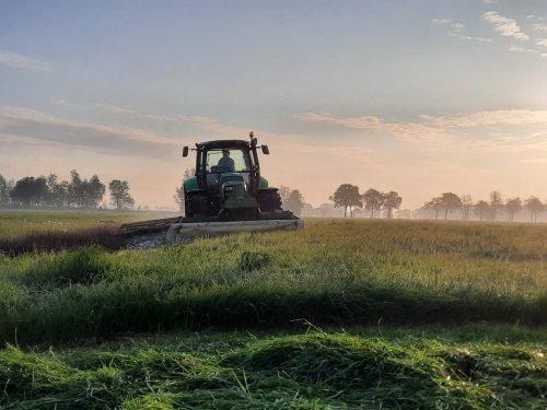 Foto van een Deutz-Fahr Agrotron TTV 1145 met Krone frontmaaier en Vicon Dmp achtermaaier. Geplaatst door dx11 op 16-05-2020 om 11:46:33, op TractorFan.nl - de nummer 1 tractor foto website.