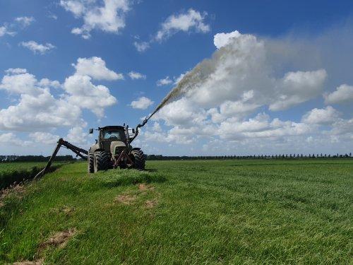 Foto van een Deutz-Fahr Agrotron 150 Gisteren weer een dagje water geven gedaan.  Het verschil met de stukken land welke geen water hebben gehad is enorm.  Dus we gaan 2x per week door met spetteren