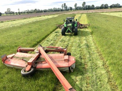 Foto van twee Deutz-Fahr DX 6.30. zelfde breedte. Als er niet viel gras is harken naar maaien. Anders wel schudden. Zie ook andere foto's waar meer gras is.