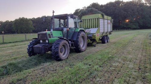 Foto van een Deutz-Fahr Agroprima 4.11 met een claas ladewagen. Geplaatst door Jeroen745 op 24-06-2020 om 18:25:44, met 2 reacties.