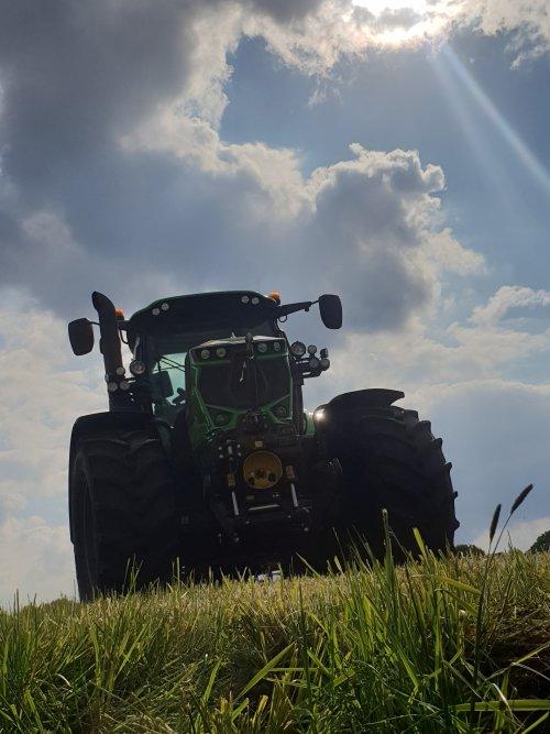 Foto van een Deutz-Fahr Agrotron 6185 TTV bezig met het spitten van grasland.. Geplaatst door Gjvanlaar op 01-07-2020 om 23:25:48, op TractorFan.nl - de nummer 1 tractor foto website.