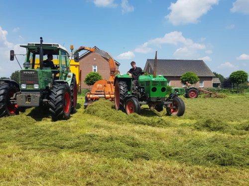 Gras hakselen voor de schapen van @Welten. Fendt 308 met miedema kieper, Deutz 6206 met fella hakselaar en op de achtergrond de D25 met strela hark