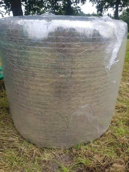 Foto van een Deutz-Fahr Agrotron 85 vandaag de eerste midibalen  geperst met transparante folie.. Geplaatst door case 745 xl op 23-07-2020 om 21:11:50, met 17 reacties.