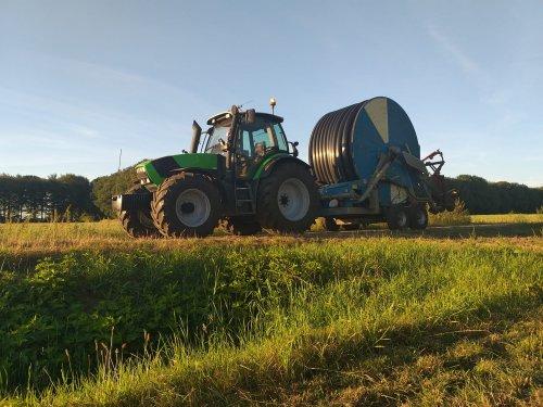 Foto van een Deutz-Fahr Agrotron M620 met een Ocmis VIR8 haspel. Geplaatst door Jeroen_Deutz op 26-07-2020 om 17:50:18, op TractorFan.nl - de nummer 1 tractor foto website.