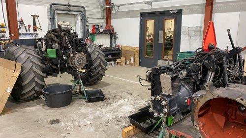 Foto van een Deutz-Fahr Agrotron K 100, zit niet altijd mee. 3400 uur en 11 jaar oud, powershiftas aan puin...