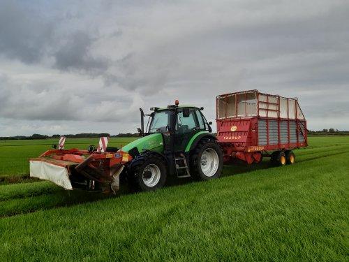 Foto van een Deutz-Fahr Agrotron 115 aan het stalvoeren, nu met de Deutz is de Steyr weer vrij voor andere klussen