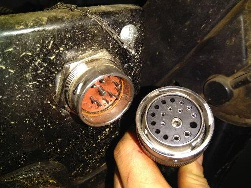 Foto van een Deutz-Fahr Agrotron K 100, stekker waarmee de werklampen en de camera op de doseerwagen in een keer aan en af te koppelen zijn, dit scheelt een hoop gedoe en tijd (per ongeluk verwijderd dus dan maar opnieuw oploaden)