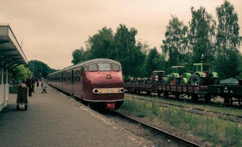 Foto van een Deutz-Fahr meerdere, deutz trekkers klaar voor transport op het station van Simpelveld.