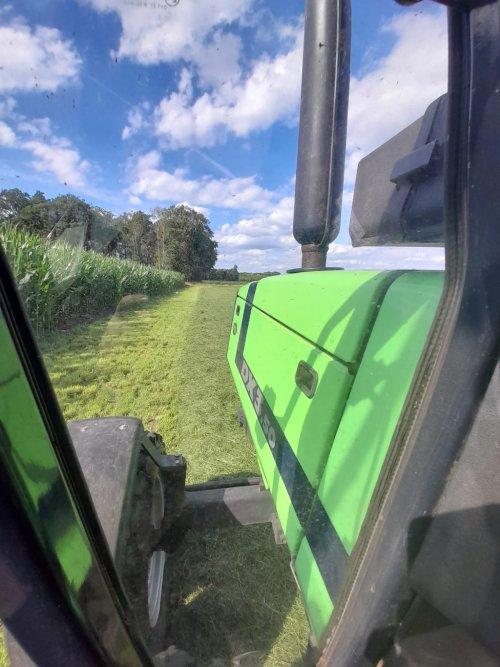 Foto van een Deutz-Fahr DX 3.50 nog een mooi foto van 2020 zomer. Geplaatst door Swenny op 01-03-2021 om 10:53:12, op TractorFan.nl - de nummer 1 tractor foto website.