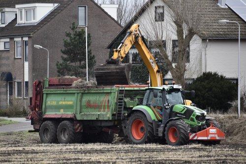 Foto van een Deutz-Fahr Agrotron 6185 TTV bezig met compost strooien in Noordwijkerhout. Geplaatst door warmerbros op 13-03-2021 om 19:32:41, met 23 reacties.