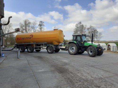 Vandaag mest getransporteerd met de Deutz en gehuurde 30m³ tank. Hij mocht er aardig aan trekken met 105pk