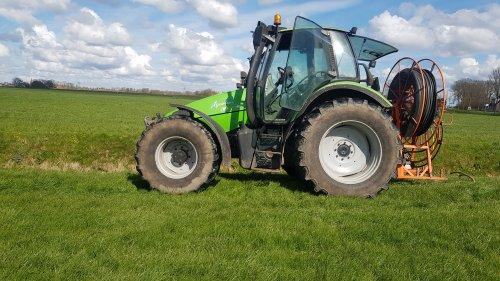 Foto van een Deutz-Fahr Agrotron 106. Proberen oude afwatering te verbeteren. Geplaatst door Agrotron 140.7 op 14-04-2021 om 18:16:04, op TractorFan.nl - de nummer 1 tractor foto website.