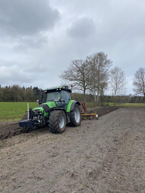 Foto van een Deutz-Fahr Agrotron K 100, we mogen weer ploegen. Mooi werk!. Geplaatst door MulderDeutz1 op 22-04-2021 om 10:45:35, op TractorFan.nl - de nummer 1 tractor foto website.