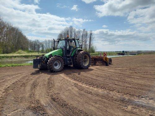 Foto van een Deutz-Fahr Agrotron 115 deze week nog een perceeltje klaar gemaakt om weer met gras in te zaaien