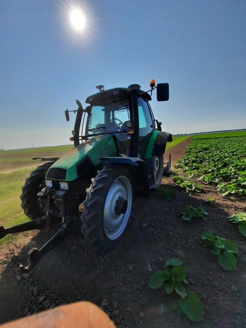Foto van een Deutz-Fahr Agrotron 85 Kantjes frezen. Geplaatst door BvdD op 22-07-2021 om 17:14:23, op TractorFan.nl - de nummer 1 tractor foto website.