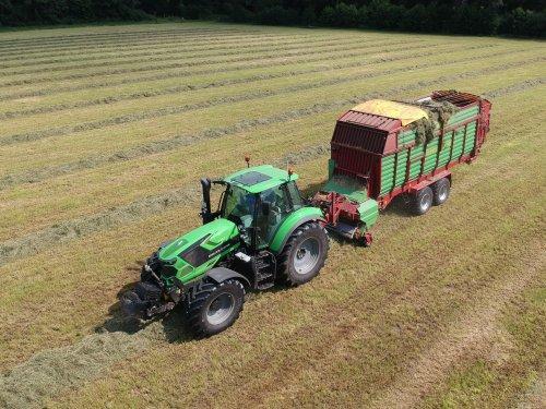 Foto van een Deutz-Fahr Agrotron 6165 met Strautmann ladewagen. Combinatie van [@marceldeutz] vandaag in bedrijf!