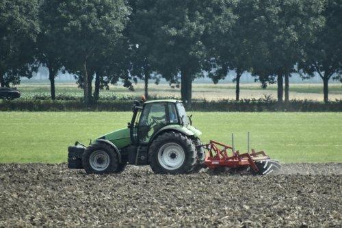Foto van een Deutz-Fahr Agrotron bezig met woelen. Geplaatst door warmerbros op 23-07-2021 om 22:59:25, op TractorFan.nl - de nummer 1 tractor foto website.