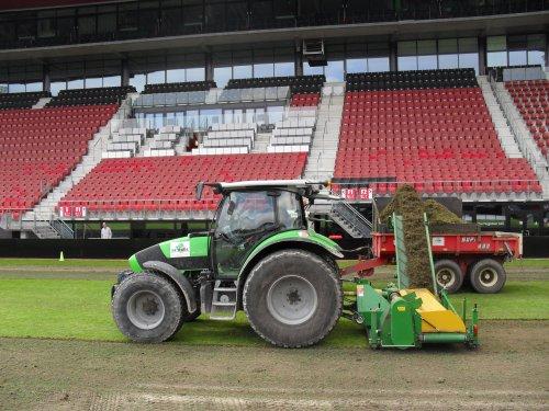 Fieldtopmakeren in het AZ-stadion met de Deutz-Fahr Agrotron K 420 en Fendtjes 280 en 208 met Minibeco...
