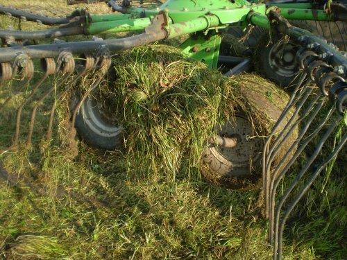 Foto van een Deutz-Fahr DX 3.50, bezig met gras harken.. Geplaatst door Deutzboer op 29-09-2010 om 21:44:54, met 5 reacties.