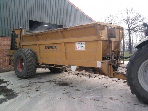 Foto van een Deutz-Fahr Agrotron M 620, bezig met bemesten. wagen van loonbedrijf broekx. Geplaatst door Jente op 18-04-2012 om 21:10:24, met 6 reacties.