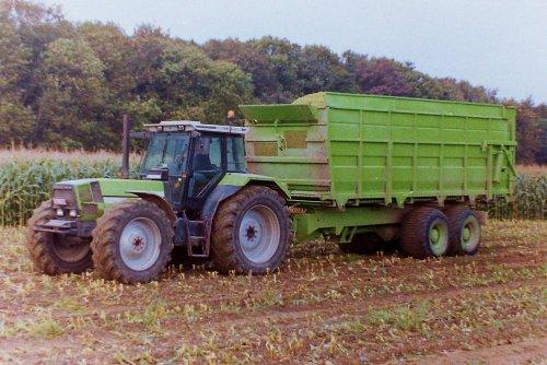 Foto van een Deutz-Fahr DX, bezig met maïs hakselen. Woeste Snoever 35 is deze DX van Desmyter, op de foto gezet in 2004.  Denkelijk een 6.71 of 6.81, maar dat kan ik dus niet lezen.  Maar een woeste snoever is het zeker.
