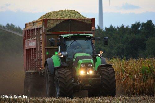 Foto van een Deutz-Fahr Agrotron TTV 7250, bezig met maïs hakselen. Lohnunternehmen Everink Gölenkamp aan het mais hakselen met hun Claas Jaguar 970 met 12 rijige maisbek. De afvoer werd verzorgd door onder andere deze Deutz-Fahr TTV 7250 en Fendt 828.