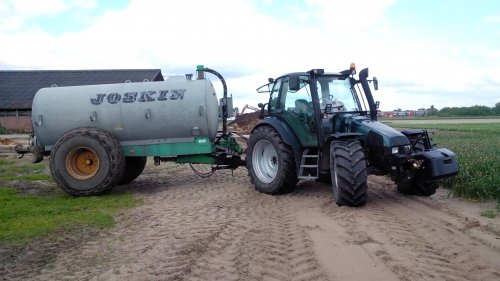 Foto van een Deutz-Fahr Agrotron 85, druk bezig met Bemesten.. Geplaatst door hiddejdfan op 09-05-2014 om 22:42:02, met 3 reacties.