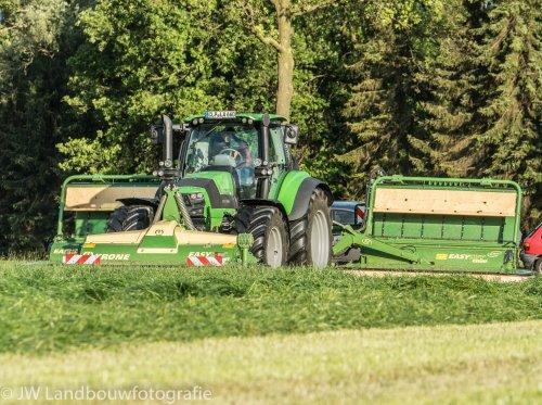 Foto van een Deutz-Fahr Agrotron 6190 TTV, bezig met gras maaien. Krone demo te Lievelde.. Geplaatst door deerefan op 15-05-2014 om 13:39:02, met 3 reacties.
