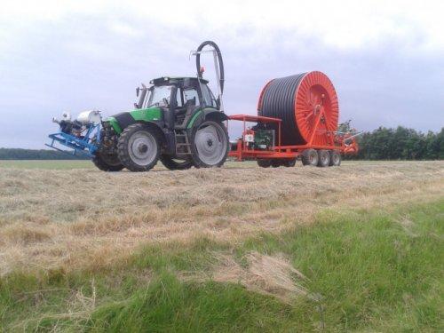 Foto van een Deutz-Fahr Agrotron 128, op weg naar de aardapels om te beregenen. Geplaatst door mathijs1 op 16-06-2014 om 18:06:00, met 12 reacties.