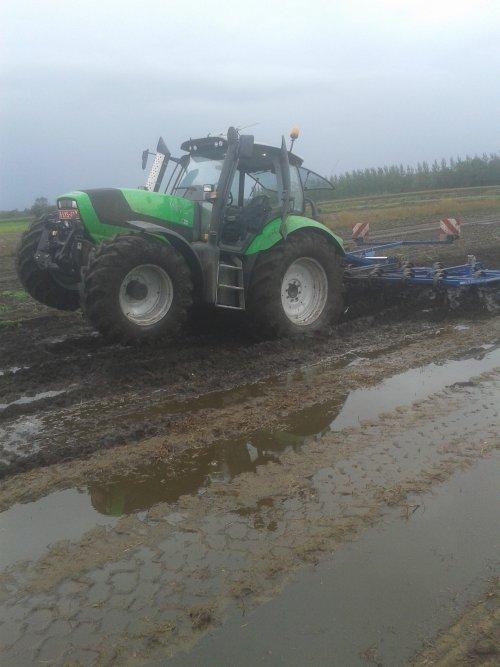 Foto van een Deutz-Fahr Agrotron TTV 620 Special, bezig met ploegen / eggen. de rol liep wa vol dus dn tracteur ging omhoog in de plek van d culter  :p