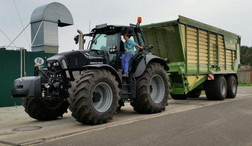 Foto van een Deutz-Fahr Agrotron TTV 7250, druk bezig met Maïs hakselen. Lohnunternehmen oudehinkel uit emlicheim.