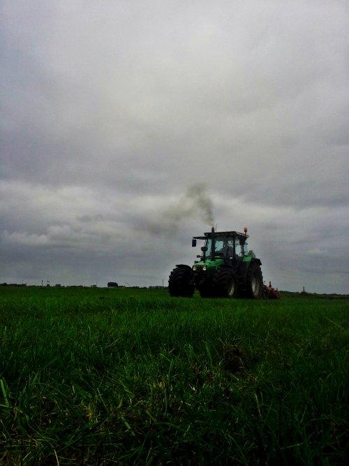 Foto van een Deutz-Fahr Agrostar 6.08, bezig met graslandbeluchten. Der helemaal plat voor. Geplaatst door Deutz 8006spezial op 07-12-2014 om 13:37:19, met 8 reacties.